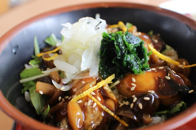牡蠣カバ丼:フラワーパーク内レストラン 花の散歩道