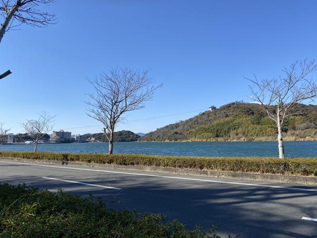 フライドポテト専門店「oneFRIT(ワンフリット)」の向かいの浜名湖