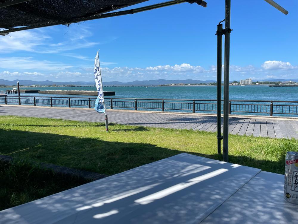 海湖館から海を眺める